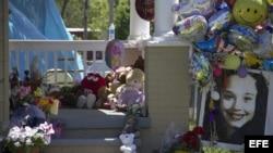 Detalle de muñecos y globos colocados por vecinos en la puerta de la casa de Gina DeJesús, una de las tres jóvenes que fueron liberadas el lunes en una vivienda en la Avenida Seymore de Cleveland.