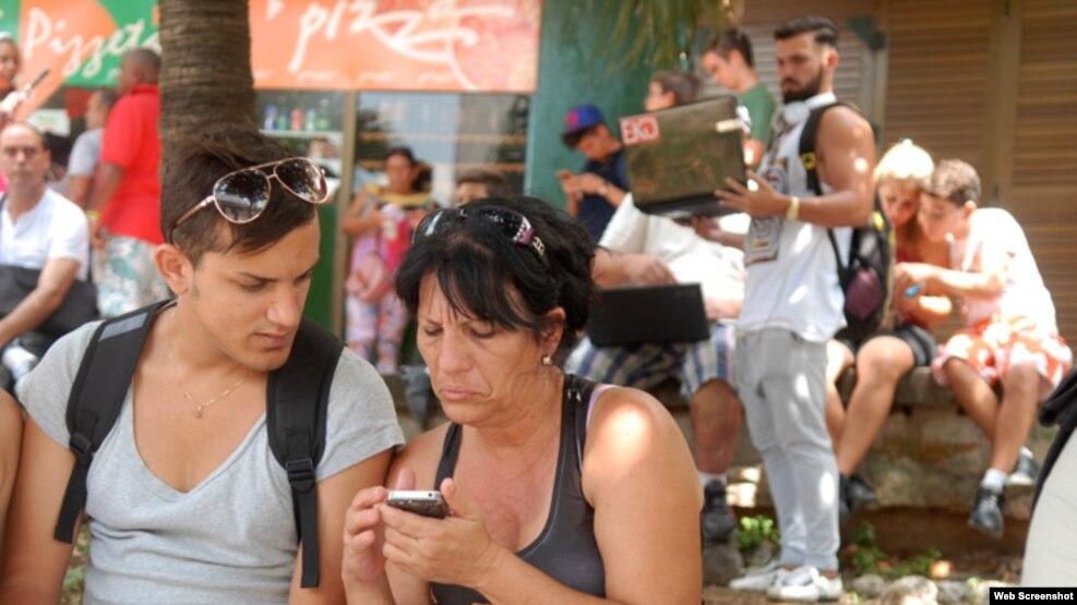 Desde parques y plazas los cubanos se comunican por estos días con familiares y amigos en el extranjero.