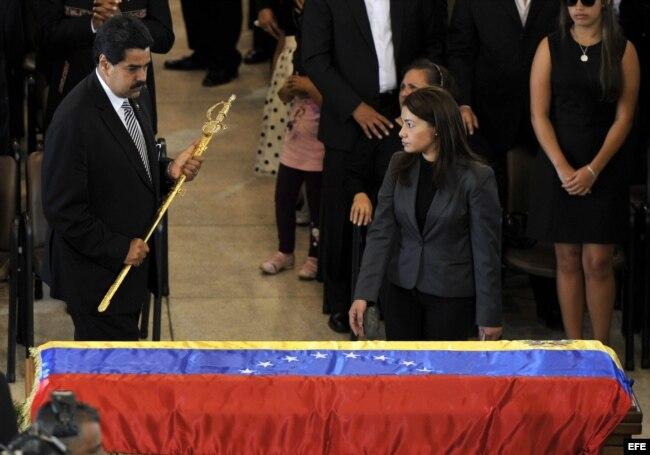 El entonces vicepresidente de Venezuela, Nicolás Maduro sostiene una réplica de la espada de Bolívar durante el funeral de Chávez.