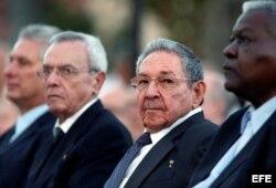 Raúl Castro asiste a la inauguración de la estatua de José Martí.