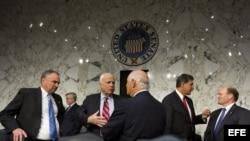 ARCHIVO/ Los senador Tim Kaine (i), John McCain (2-i), Ben Cardin (c), Joe Manchin (2-d) y Chris Coons (d).
