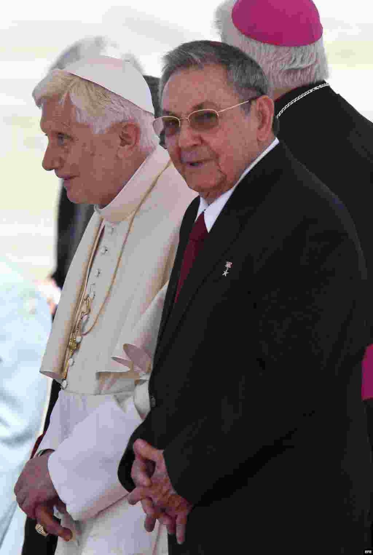 Raúl Castro recibió al papa Benedicto XVI el 26 de marzo de 2012, en el aeropuerto internacional de Santiago de Cuba.
