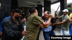Diputado Julio Borges es golpeado por partidarios chavistas en Caracas.