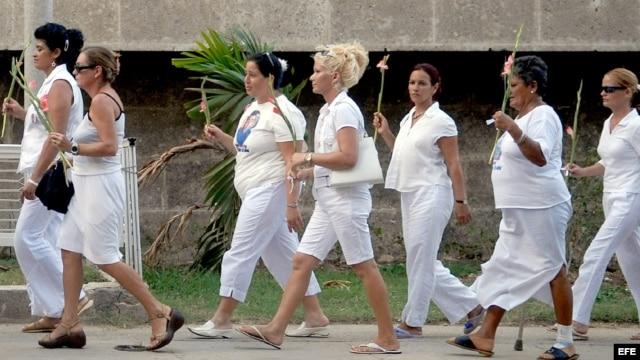 Fotografía de archivo de un grupo de esposas y familiares de disidentes detenidos, conocidas como Damas de Blanco, cuando realizaban una marcha.