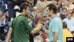 El español Marcel Granollers (i) y el suizo Roger Federer (d), se saludan tras concluir el partido en Nueva York.