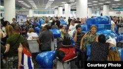 Cubanos que viajan a Cuba, en el aeropuerto de Miami. Archivo.