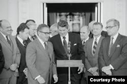 Brzezinski da su apoyo a una iniciativa de Ronald Reagan.
