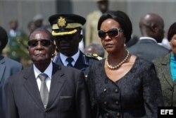 Robert Mugabe, y su esposa Grace a su llegada al National Heroes Acre en Harare (Zimbabue)