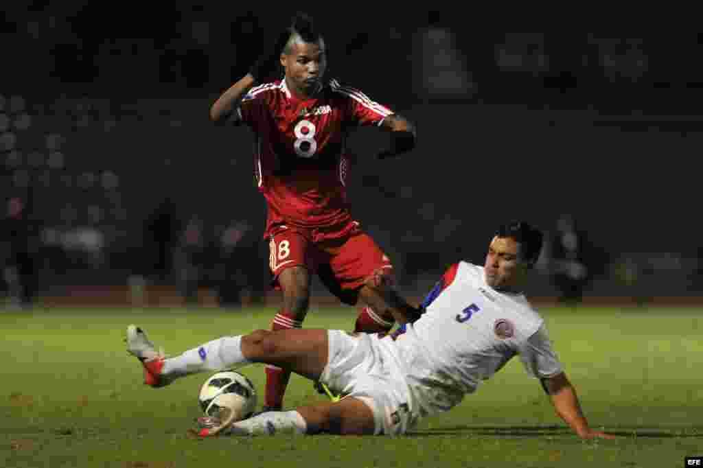 El jugador de Costa Rica Erick Calbaceta (d) disputa el balón con Yordan Santacrus (i) de Cuba martes 26 de febrero de 2013, durante el partido de cuartos de final de la eliminatoria de la Concacaf para el Mundial Sub'20 de Turquía en el Estadio Universi