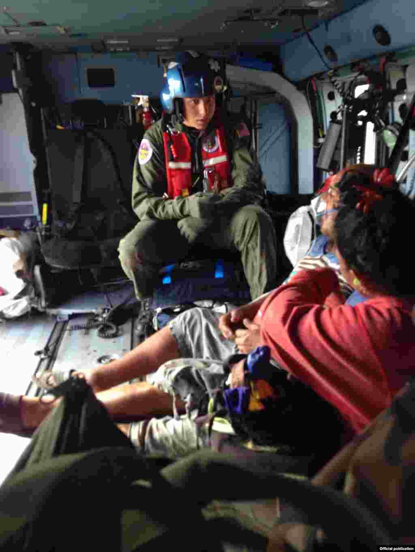 El Servicio Guardacostas envío dos equipos de rescate para los cubanos. Cortesía Servicio Guardacostas.