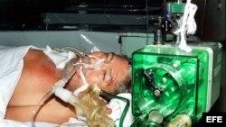 Fotografía de archivo. Un hombre es tratado de cólera en un hospital. ACAN/EFE