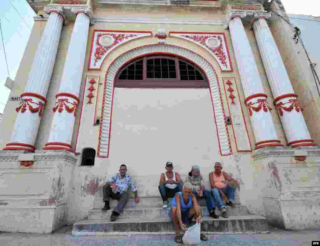 Varios ancianos conversan en la puerta de un antiguo teatro en el poblado de Regla, en La Habana. Foto Archivo. La población cubana es la más longeva de América, con un 18% de los habitantes en la tercera edad.