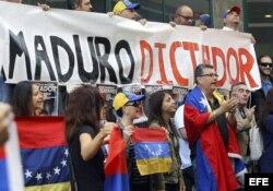 """Venezolanos residentes en la isla de Madeira participan en una manifestación convocada por el movimiento civil """"Luso-venezolanos por la verdad""""."""