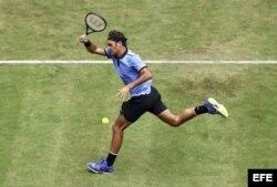 Roger Federer devuelve la bola a Yuichi Sugita.