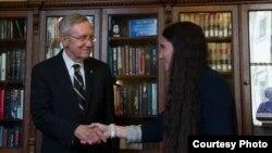 El líder de la mayoría senatorial, Henry Reid, del estado de Nevada, con la bloguera cubana Yoani Sánchez.