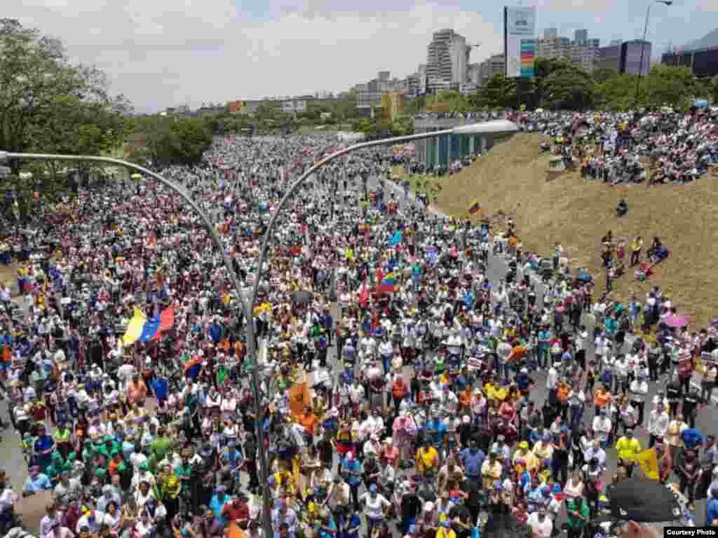 Miles de manifestantes se lanzan a las calles