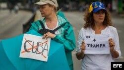 Opositores venezolanos cierran calles en protesta a la Constituyente.