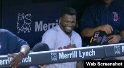 """Big Papi sonríe en el """"dugout"""" tras conectar su jonrón número 21."""