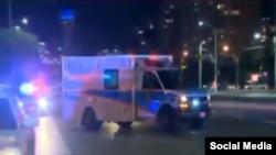 Ambulancias trasladan heridos el viernes 25 de mayo en un atentado ocurrido en un restaurante indio. SCREENSHOT TWITTER.