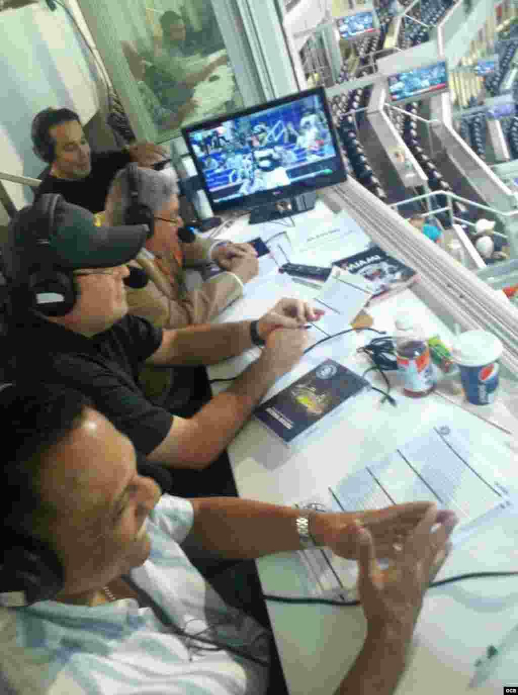 El equipo del programa radial Al duro y sin guantes en la trasmision en vivo del juego de Los Marlins contra Los Padres de San Diego, el viernes 27 de julio por Radio Martí.