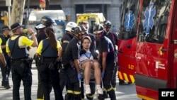 Traslado de uno de los afectados por el atentado ocurrido en las Ramblas de Barcelona, un atropello masivo en el que una furgoneta ha arrollado a varios peatones.