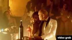 "Imagen tomada del video musical ""Fireball"""