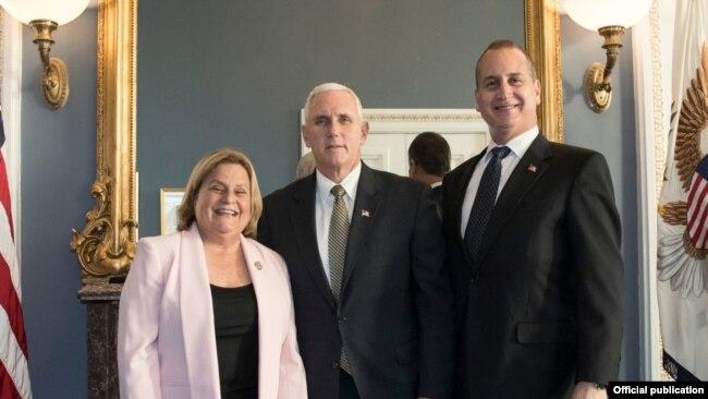 De izq. a der. la congresista Ileana Ros-Lehtinen, el vicepresidente Mike Pence y Mario Díaz-Balart.