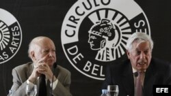 """Los escritores Jorge Edwards (i) y Mario Vargas Llosa durante la conferencia de prensa que hoy, miércoles 25 de julio de 2012, ofrecieron en Madrid, en la que presentaron el """"Llamado a la concordia"""", un manifiesto firmado por intelectuales y personalidade"""