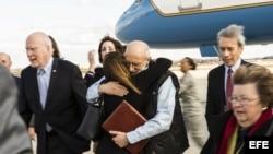 Fotografía cedida por la Fuerza Aérea de los Estados Unidos donde se ve al contratista estadounidense Alan Gross (c) abrazar a un familiar que lo esperaba a su regreso después de cinco años de cautiverio en Cuba. Archivo.