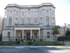 En la Sección de Intereses en Washington (foto) y la misión de Cuba en Nueva York, oficiales de inteligencia escudriñan el mundo académico.