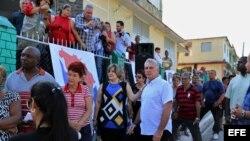 El primer vicepresidente de Cuba, Miguel Díaz-Canel (d), y su esposa Lis Cuesta (c) hacen fila para votar en las elecciones generales.