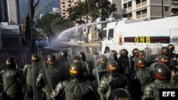 Manifestantes participan en una protesta contra el Gobierno de Nicolás Maduro