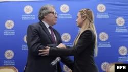 El secretario general de la OEA, Luis Almagro, habla con Lilian Tintori en una conferencia de prensa sobre la situación política de Venezuela.