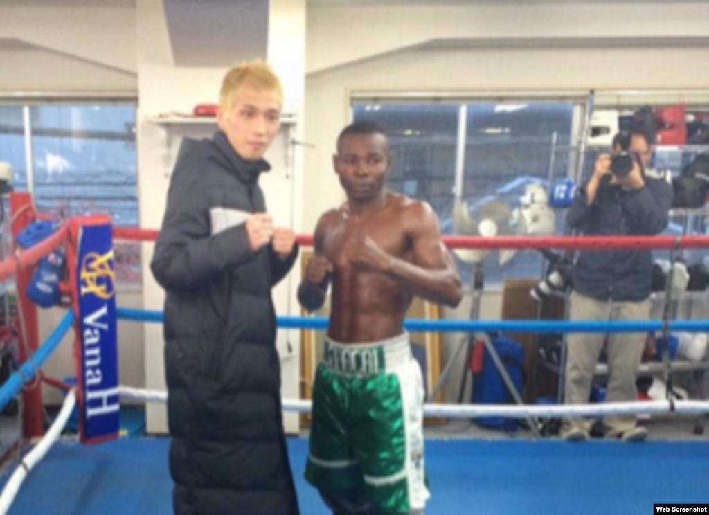 Hisashi Amagasa (i) y Guillermo Rigondeaux antes de su pelea del 31 de diciembre de 2014 en el Coliseo Bodymaker en Osaka, Japón.