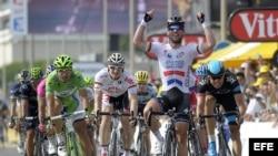 El ciclista británico Mark Cavendish (c) (Omega Pharma-Quick Step), celebra su victoria a su llegada a la meta de la quinta etapa del Tour de Francia 2013.