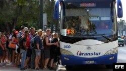 Turistas abordan un autobús en La Habana (Cuba).