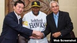 (i-e) Sugihiko Mikasa , vicepresidente del Fukuoka SoftBank Hawks; Alfredo Despaigne ; e Higinio Vélez estuvieron en la firma del pelotero con el club japonés.