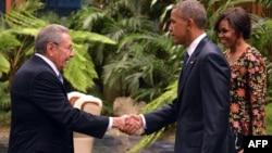 Raúl Castro saluda a Barack Obama y su esposa Michelle Obama en una cena en el Palacio de la Revolución.