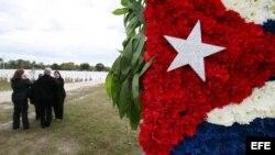 Un arreglo floral con los colores de la bandera cubana se puede apreciar durante el Memorial Cubano.