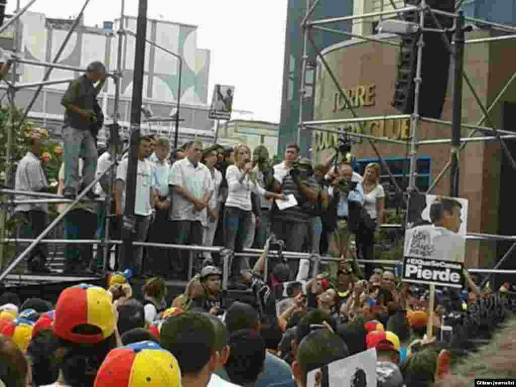 Lilian Tintori se dirige a los aisistentes a la convocatoria en apoyo a Leopoldo López al cumplirse 45 días de su detención.