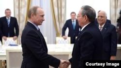 Saludo de Raúl Castro y Vladimir Putin. Archivo.