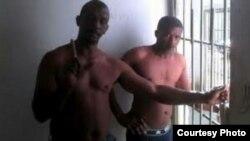 Juan Alberto y Bárbaro De la Nuez Ramírez protestan en ropa interior en los calabozos de Colón, en Matanzas.