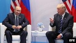 El presidente ruso, Vladímir Putin, conversa con el presidente estadounidense, Donald J. Trump (d).