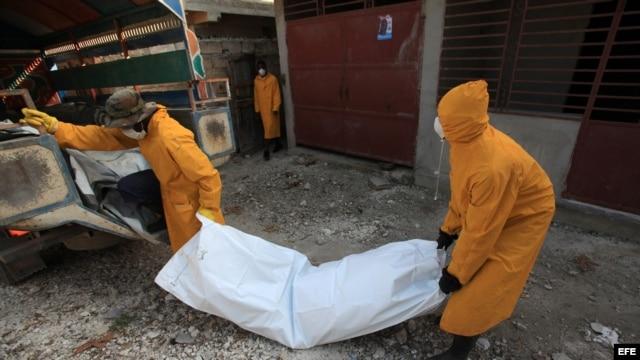 Miembros del personal de salud pública de Haití trasladan el cadavér de una víctima de cólera. Foto de Archivo