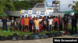 Grupo de migrantes rescatados por la Armada Nacional de Colombia en el Golfo de Urabá