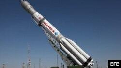 Fotografía fechada el 28 de junio de 2013 y facilitada por la Agencia Federal Espacial rusa Roscosmos que muestra un cohete ruso Protón equipado con tres satélites Glonass-M mientras es colocado en la plataforma de lanzamiento en el cosmódromo de Baikonur