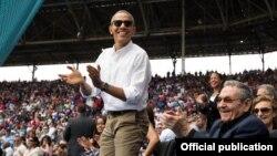 El presidente Obama aplaude una carrera de los Rays de Tampa Bay durante el partido de exhibición con Cuba en el Estadio Latinoamericano el 22 de marzo (Pete Souza, White House)