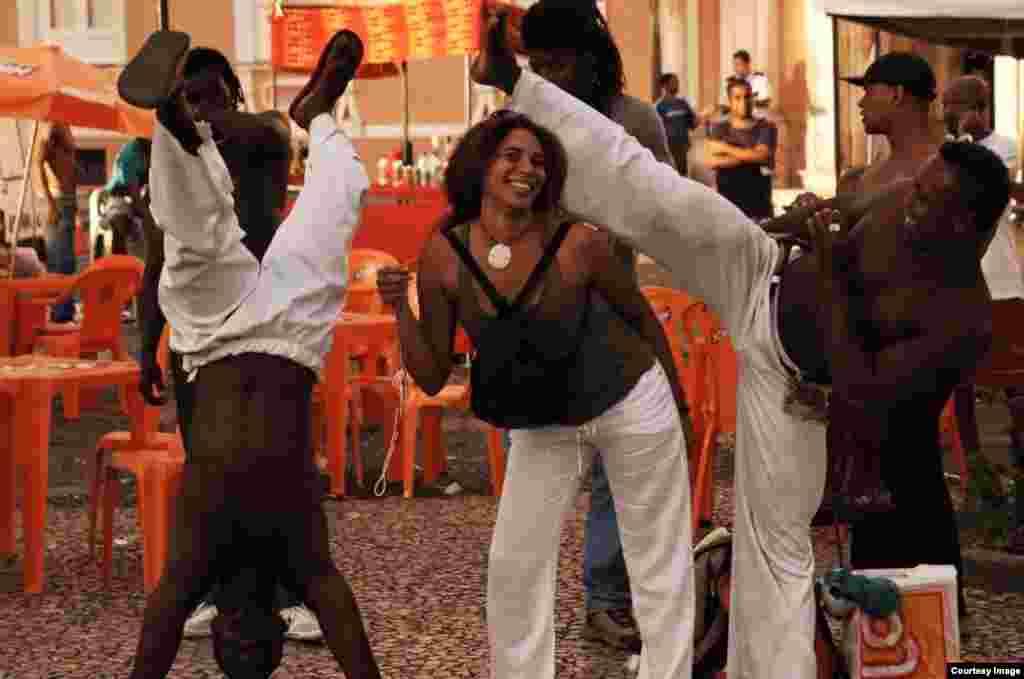 Con estampa de brasileña, Niurka Seyfert Fernández, intercambia con bailarines en San Salvador de Bahía. Foto cortesía de NSF.