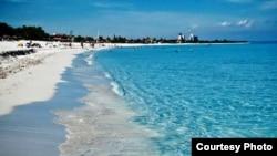 Playa Azul: Varadero tiene unas aguas prístinas y una fina arena blanca que Punta Cana envidiaría, pero en Dominicana el turismo funciona como un mecanismo de relojería.