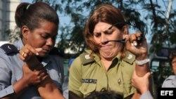 Fotografía de archivo. Miembros de la Policía y de la seguridad cubanas detienen a miembros de las Damas de Blanco.